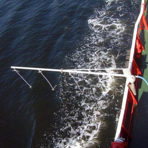 Sustav za raspršivanje disperzanta s brodova